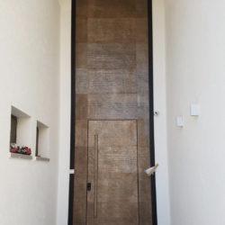 דלת מעוצבת במישור הקיר  קו 0 – דגם 198926